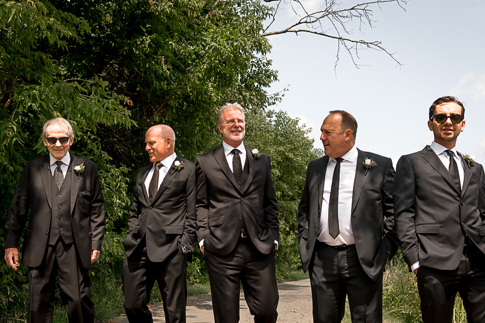 groomsmen journalistic photo